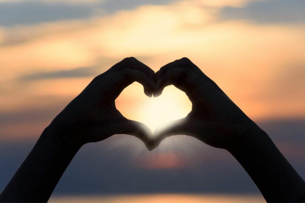 Beziehungs-Coaching der Lebensfreude-Academy - Herz aus Händen im Sonnenuntergang