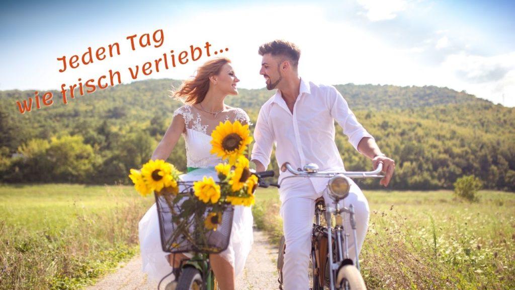 Jeden Tag wie frisch verliebt - Lebensfreude-Academy - Paar auf 2 Fahrrädern mit Sonnenblumen