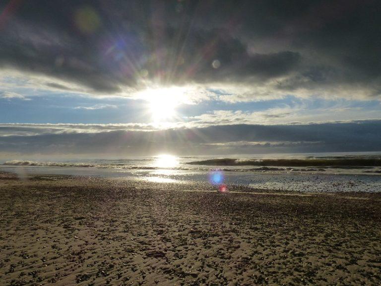 Sonnenaufgang am Meer nach Regen